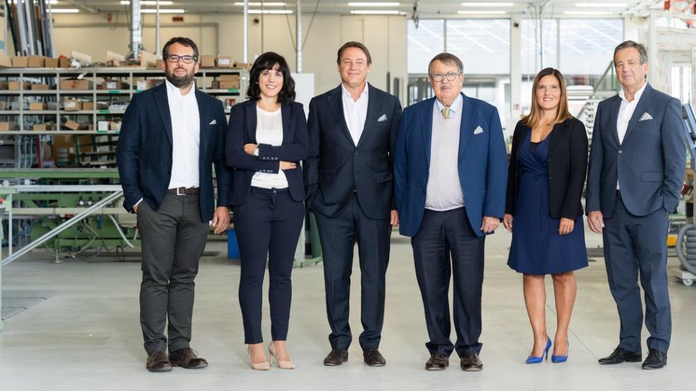 I sei membri della famiglia Oberrauch alla direzione di Finstral. Da sinistra a destra: Florian, Kristin, Joachim, Hans, Verena e Luis Oberrauch. - Serramenti Torino