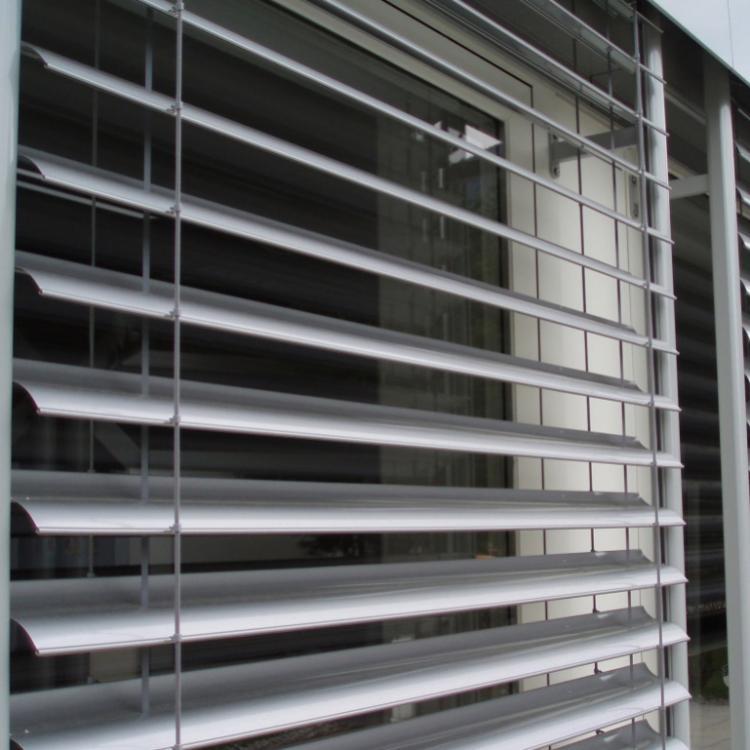 Il frangisole per esterni AR92 di Hella è una soluzione perfetta di protezione dal sole e di salvaguardia della propria privacy - Serramenti Torino