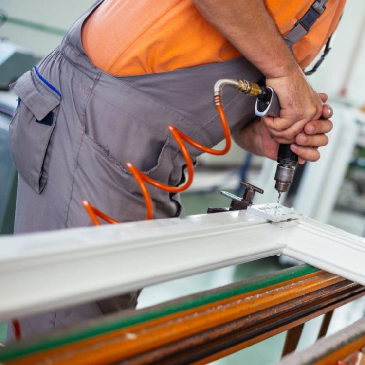 Montaggio da parte di un operatore di un serramento in PVC. - Serramenti Torino