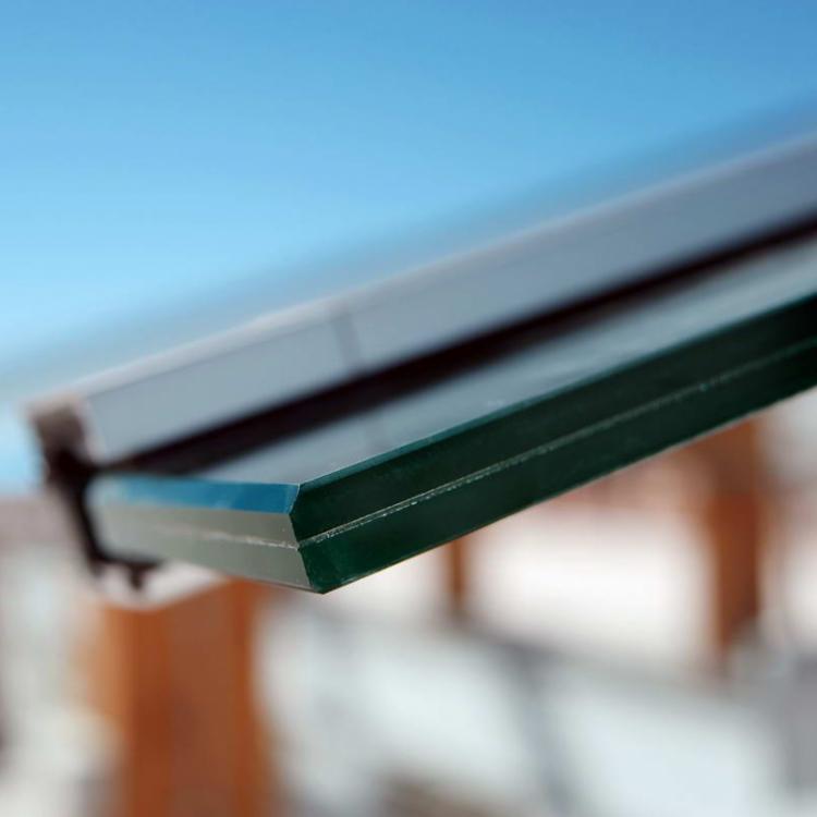 Il vetro stratificato è forse il più sicuro, tanto da essere obbligatorio per pareti vetrate sotto il metro dal piano di calpestio - Serramenti Torino