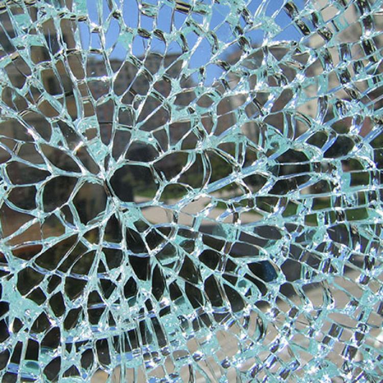 Il vetro temperato è molto resistente e, in caso di rottura, si infrange in piccoli pezzi dalla pericolosità minima - Serramenti Torino