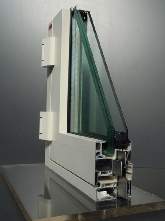 Atena 90 è un serramento blindato Ginko con profilo in alluminio a taglio termico e blindatura con piatti di acciaio inox. Disponibile in Classe 3 e 4 Antieffrazione. - Serramenti Torino