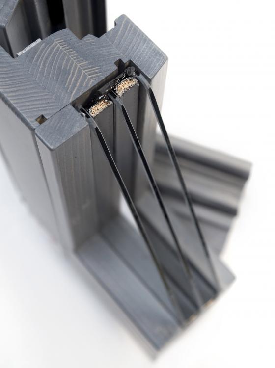 La finestra Omero di Navello, grazie agli spessori maggiorati, può ospitare un vetro triplo in grado di ridurre ampiamente la dispersione termica complessiva del serramento. - Serramenti Torino